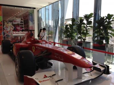 carro de fórmula 1 exposto no shopping Iguatemi JK